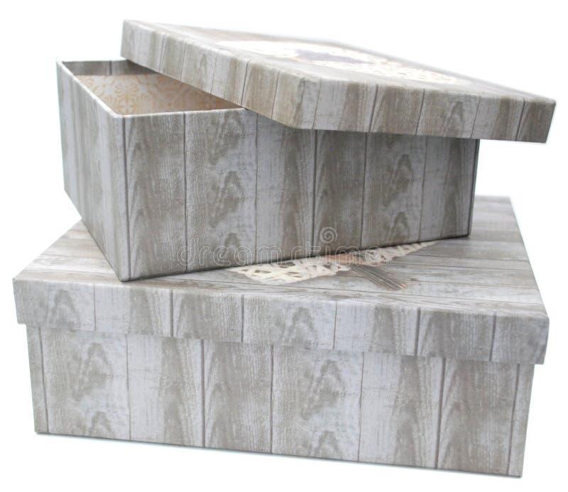 Δύο κιβώτια δώρων με την ξύλινη τυπωμένη ύλη σύστασης στοκ εικόνες
