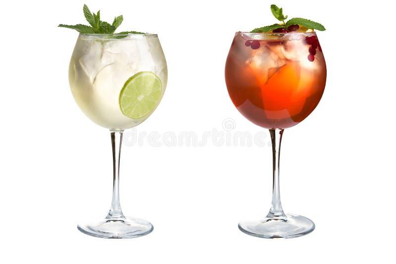 Δύο κοκτέιλ με τη μέντα, τα φρούτα και τα μούρα σε ένα άσπρο υπόβαθρο Κοκτέιλ goblets γυαλιού στοκ εικόνες με δικαίωμα ελεύθερης χρήσης