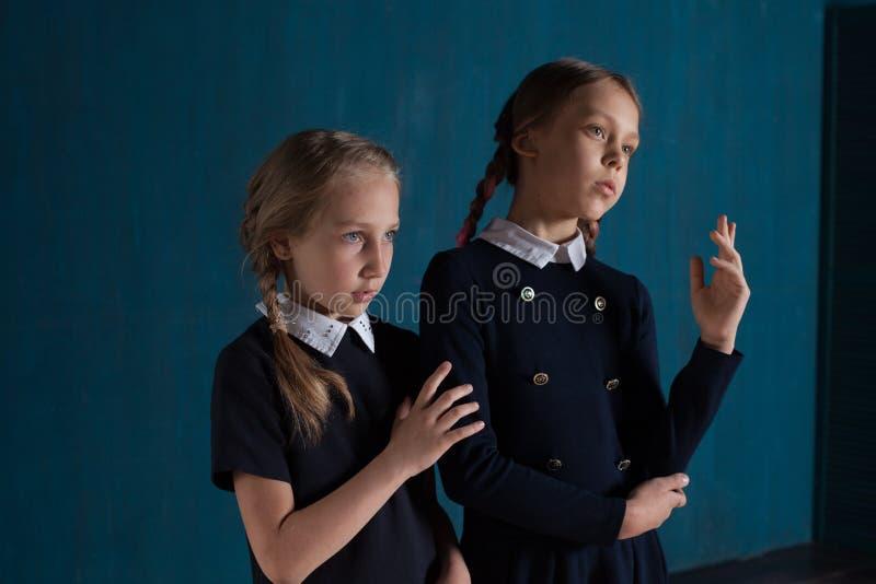 Δύο κορίτσια μοιάζουν με τις κούκλες στοκ εικόνες