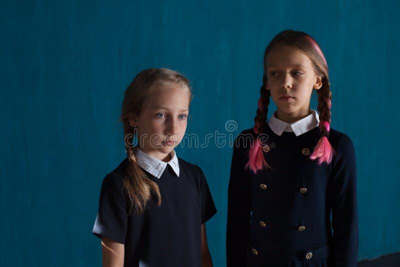 Δύο κορίτσια μοιάζουν με τις κούκλες στοκ φωτογραφίες με δικαίωμα ελεύθερης χρήσης