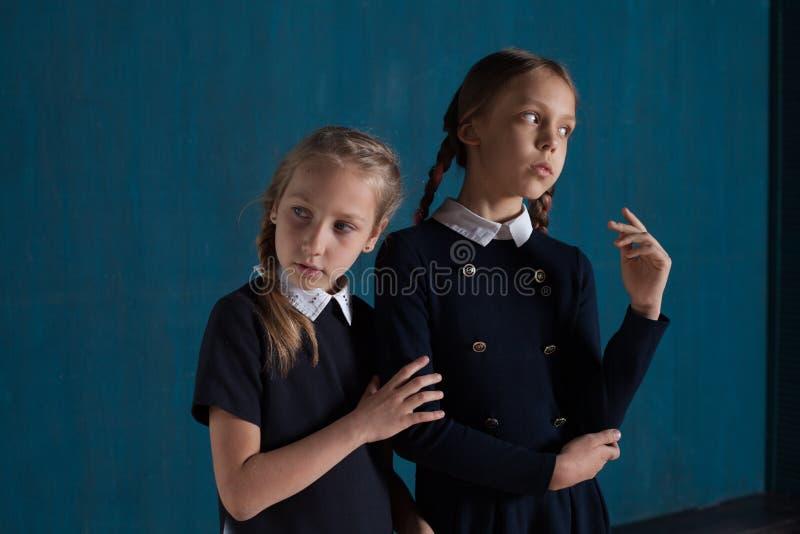 Δύο κορίτσια μοιάζουν με τις κούκλες στοκ εικόνα