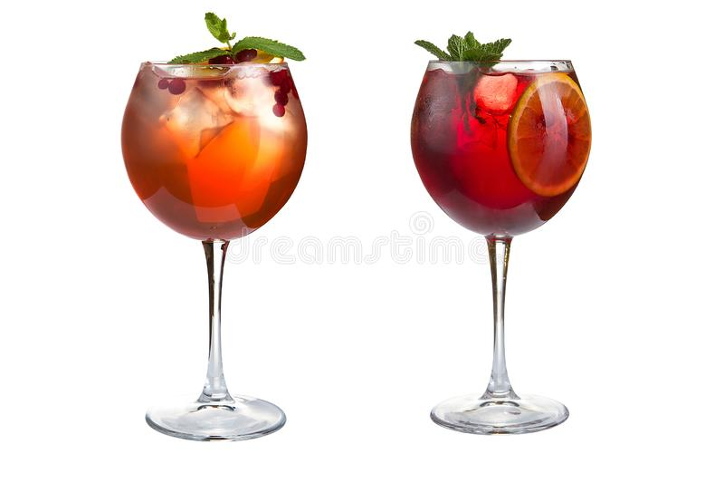 Δύο οινοπνευματώδη ή μη οινοπνευματούχα κοκτέιλ με τη μέντα, τα φρούτα και τα μούρα σε ένα άσπρο υπόβαθρο Κοκτέιλ goblets γυαλιού στοκ φωτογραφίες