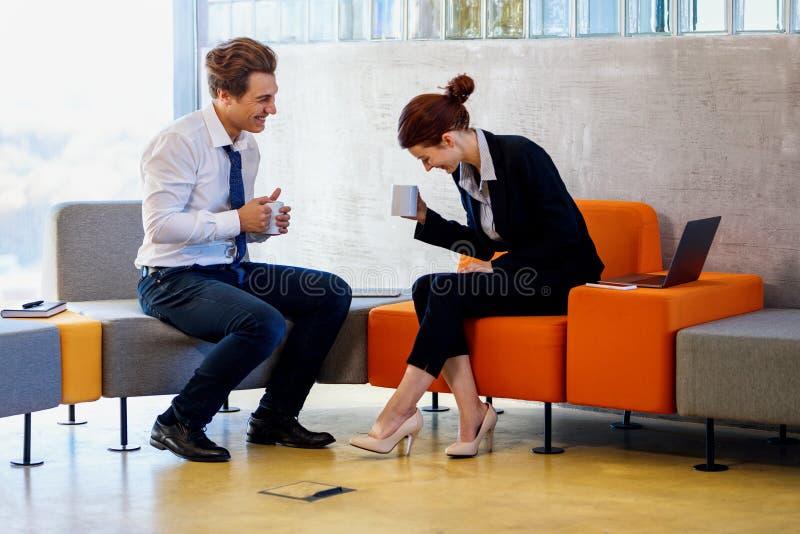 Δύο συνάδελφοι που κουβεντιάζουν στο διάλειμμα στοκ εικόνα