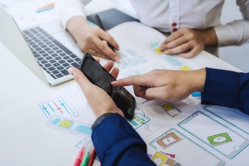 Δύο τεχνολογίες κωδικοποίησης δοκιμής προγραμματιστών με το κινητό τηλέφωνο για τη σύγκριση κινητή και τον ιστοχώρο υπολογιστών γ στοκ φωτογραφία με δικαίωμα ελεύθερης χρήσης