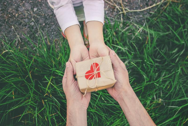 Δώρο στα χέρια ενός παιδιού Συγχαρητήρια την ημέρα πατέρων του ` s στοκ εικόνες με δικαίωμα ελεύθερης χρήσης