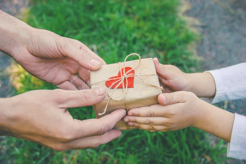 Δώρο στα χέρια ενός παιδιού Συγχαρητήρια την ημέρα πατέρων του ` s στοκ εικόνες