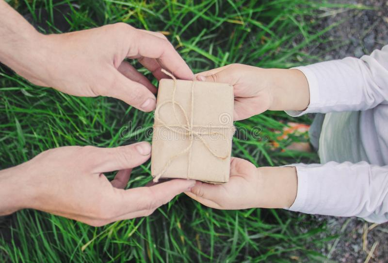 Δώρο στα χέρια ενός παιδιού Συγχαρητήρια την ημέρα πατέρων του ` s στοκ εικόνα με δικαίωμα ελεύθερης χρήσης