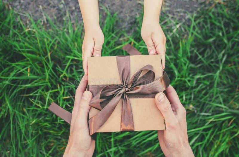 Δώρο στα χέρια ενός παιδιού Συγχαρητήρια την ημέρα πατέρων του ` s στοκ φωτογραφία με δικαίωμα ελεύθερης χρήσης