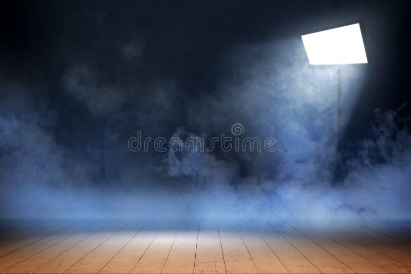 Δωμάτιο με το ξύλινο πάτωμα και καπνός με το φως από τα επίκεντρα στοκ φωτογραφία