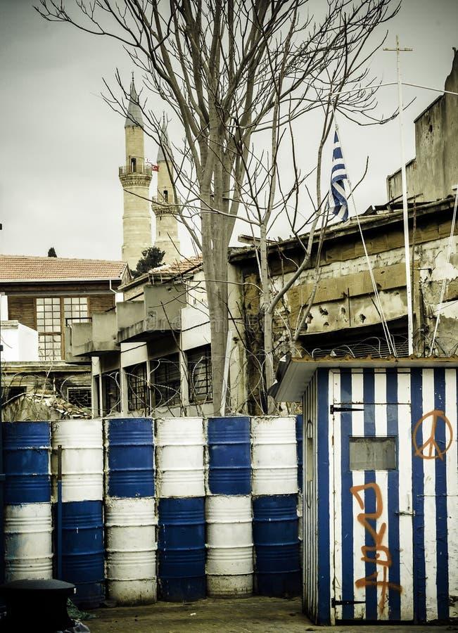 Î'arricade oddziela Cypr w dwa częściach, beczkuje becide strażnika fotografia royalty free