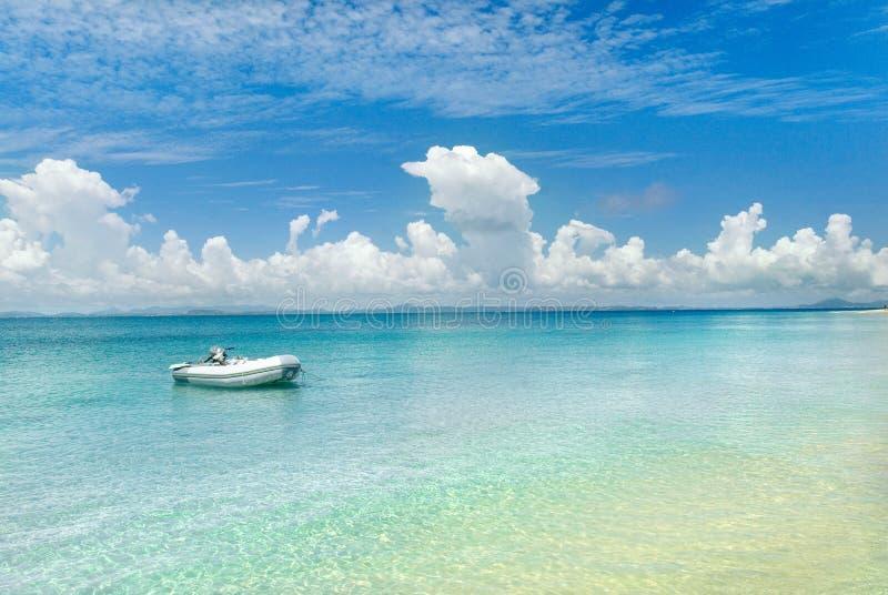 île abandonnée par bateau photographie stock