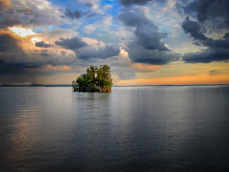 Île au milieu de lac Sebago dans Maine images libres de droits