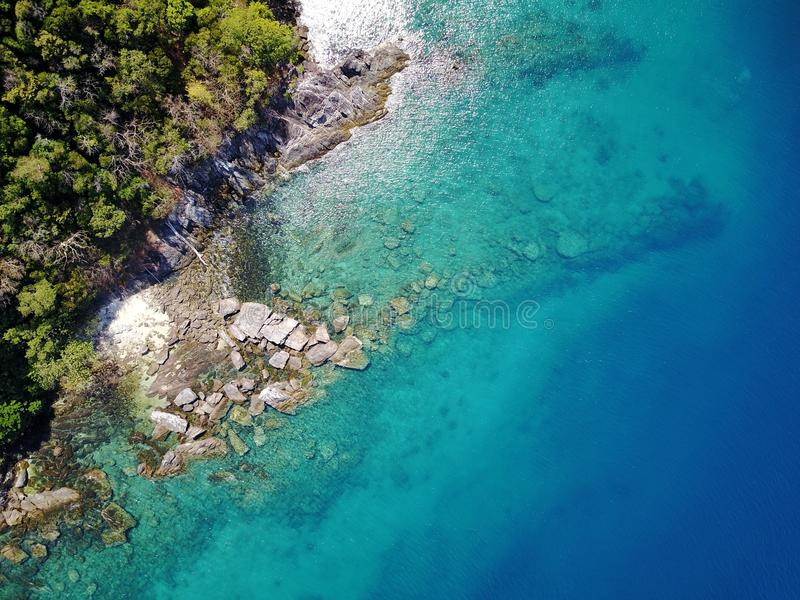 Île avec de l'eau clair comme de l'eau de roche qui peut voir des roches dessous photographie stock