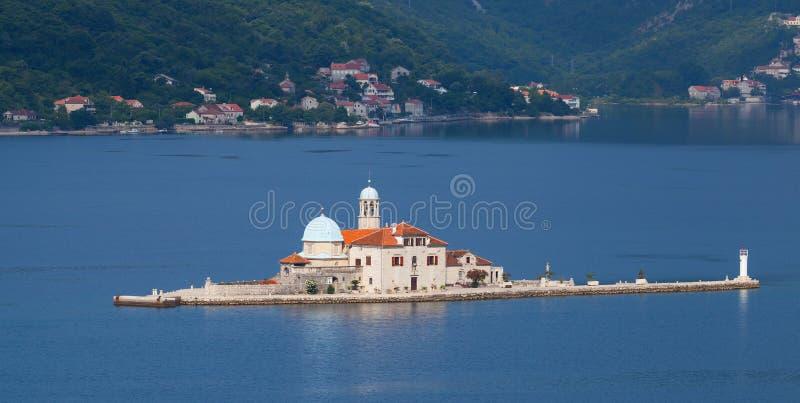 Île avec l'église dans la baie de Kotor photographie stock libre de droits