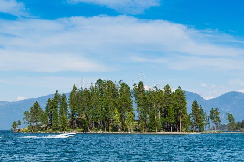 Île avec le Mountain View sur le lac à tête plate Montana photo stock