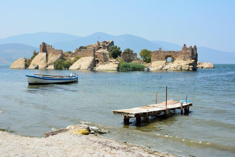 Île avec les fortifications antiques sur le lac Bafa dans Mugla, Turquie image libre de droits