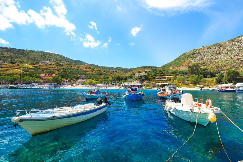 Île d'Agios Nikolaos Port Zakynthos pendant l'été, avec b clair photo stock