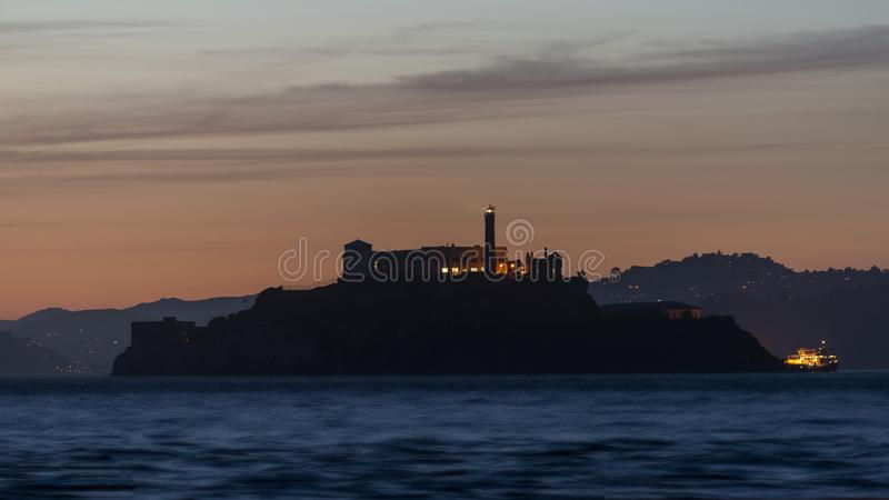Île d'Alcatraz pendant l'heure bleue, San Francisco, la Californie image stock