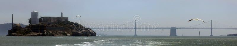 Île d'Alcatraz/pont de baie reliant Oakland et San Francisco images stock