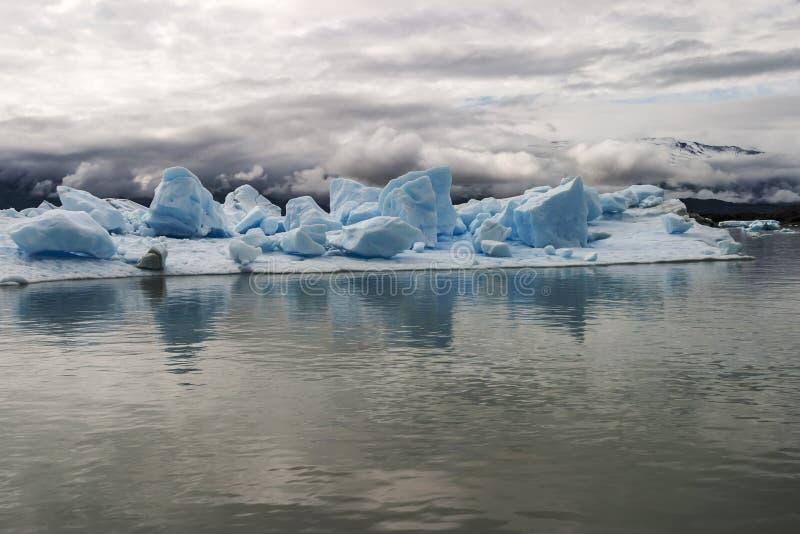 Île d'iceberg avec de grands blocs de glace flottant dans l'eau photographie stock