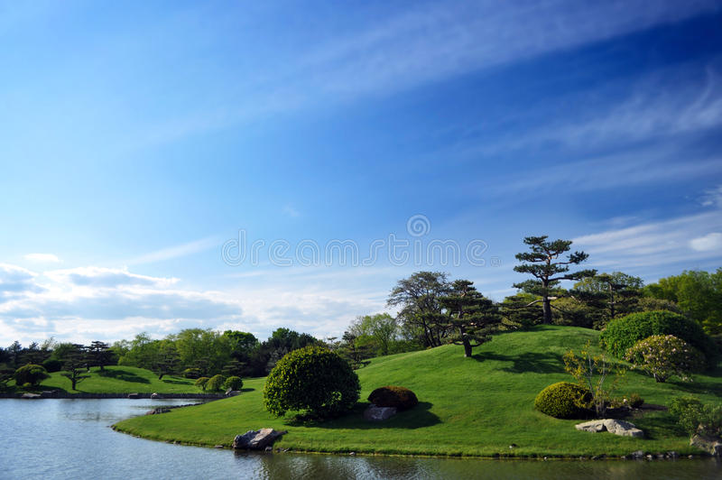 Île dans l'étang avec l'aménagement asiatique-inspiré photos stock