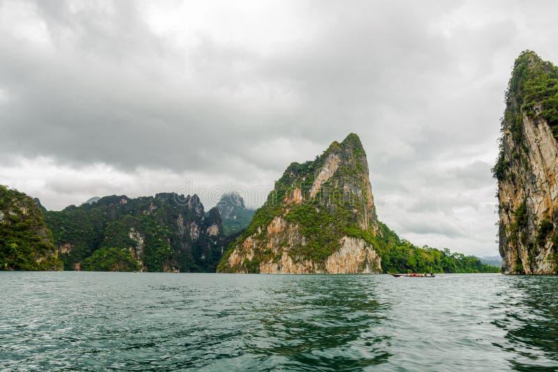 Île dans le barrage avec l'arbre de la vue de bateau, du sud de la Thaïlande images stock