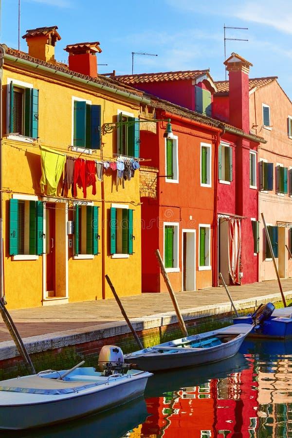 Île de Burano dans le coucher du soleil pittoresque de Venise Italie photo libre de droits