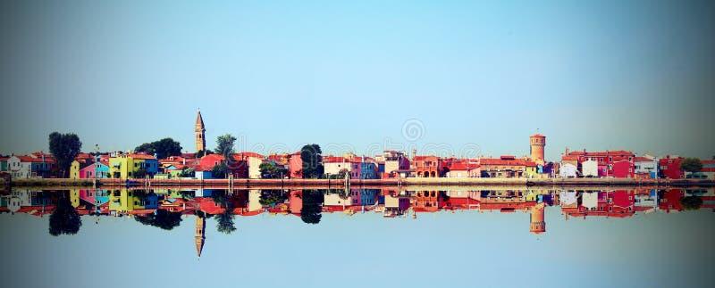Île de Burano près de Venise avec la réflexion photo libre de droits