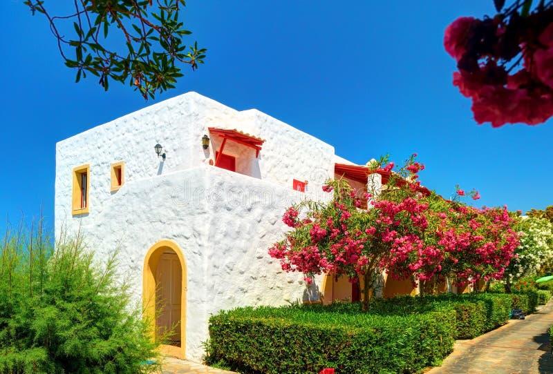 ÎLE DE CRÈTE, GRÈCE, LE 1ER JUILLET 2011 : Vue sur la villa d'hôtel d'Aldemar parmi les fleurs colorées pour des invités de touri image stock