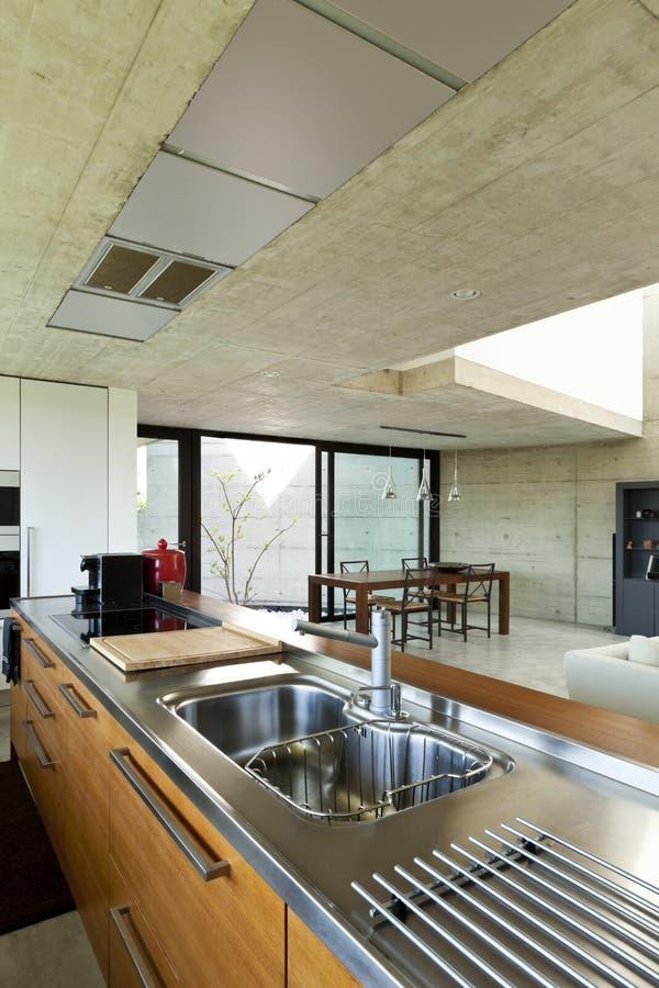 Île de cuisine intérieure et en bois photo libre de droits