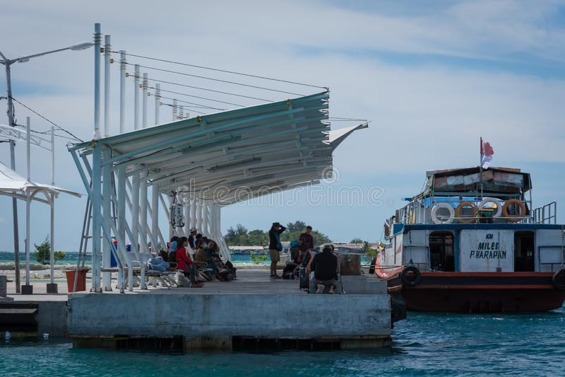 Île de Harapan, Jakarta, Indonésie - 25 décembre 2017 : Un bateau en bois traditionnel photographie stock