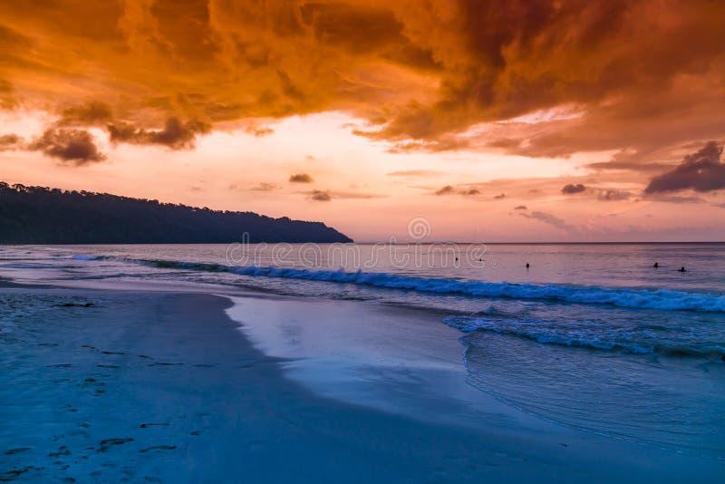 Île de Havelock avec le ciel coloré image stock