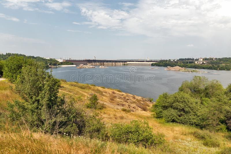 Île de Khortytsia, rivière de Dnieper et usine d'énergie hydroélectrique Zaporizhia, Ukraine image stock