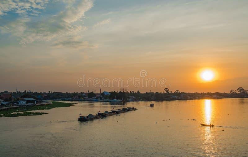 Île de ` de Ko Kret de ` de Chao Phraya River Flow Through au coucher du soleil, Nonthaburi photos stock