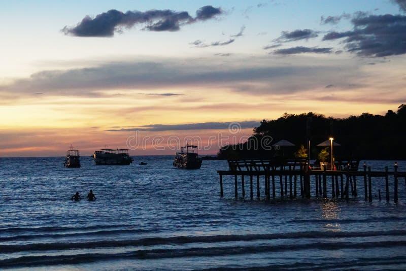 Île de kood de KOH, trat, coucher du soleil de plage de la Thaïlande, port, pont, bateau photographie stock