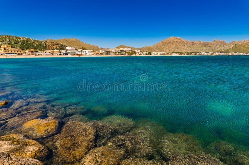 Île de l'Espagne Majorque, paysage de littoral de baie de plage de Port de Pollenca photographie stock libre de droits