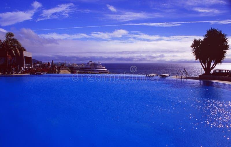 Île de la Madère : La piscine du casino de Pestana d'hôtel de luxe grand à Funchal dessus images libres de droits
