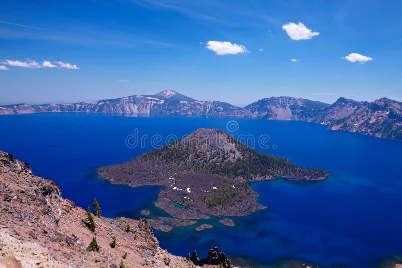 Île de magicien dans le lac crater photos libres de droits