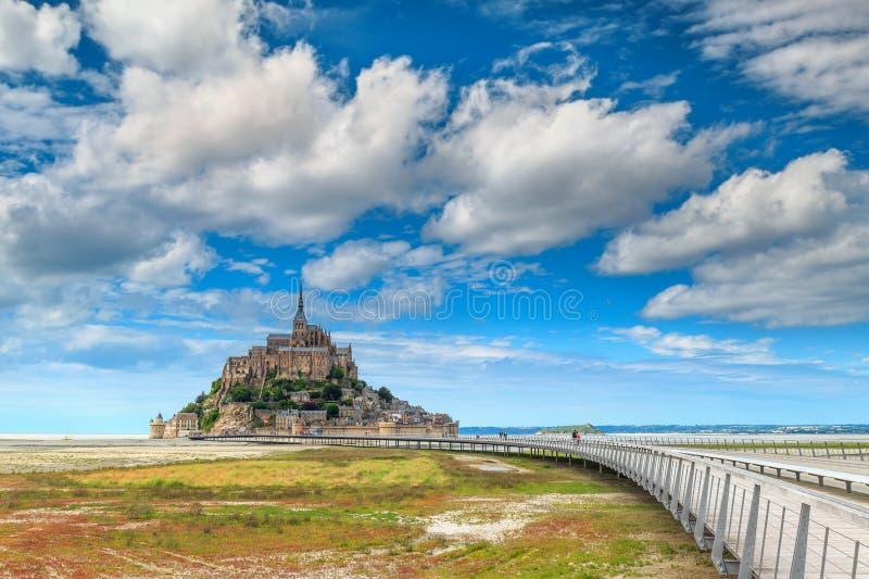 Île de marée de Mont Saint Michel de historc célèbre avec le pont, France photographie stock
