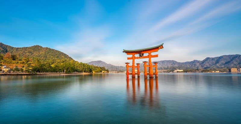 Île de Miyajima, la porte de flottement célèbre de Torii photos stock