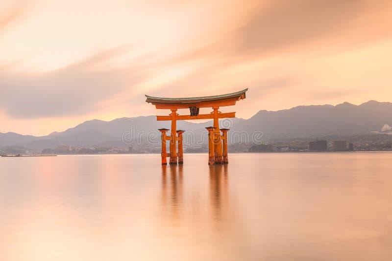 Île de Miyajima, la porte de flottement célèbre de Torii photo libre de droits