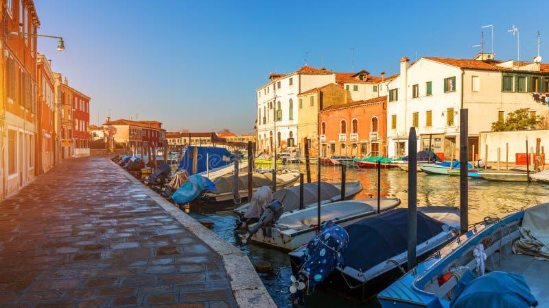 Île de Murano, canal de l'eau, pont, bateau et tradit de fabrication de verre image stock