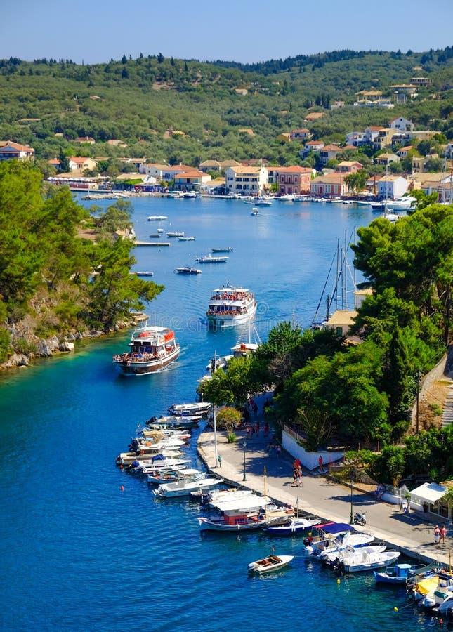 Île de Paxos avec le bateau entrant dans le canal grand photo stock