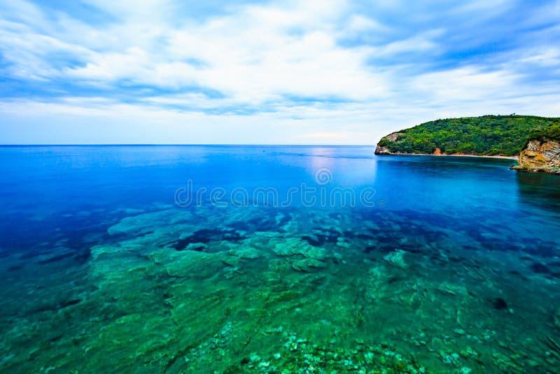 Île de paysage et de montagne de mer, soirée nuageuse d'été images stock