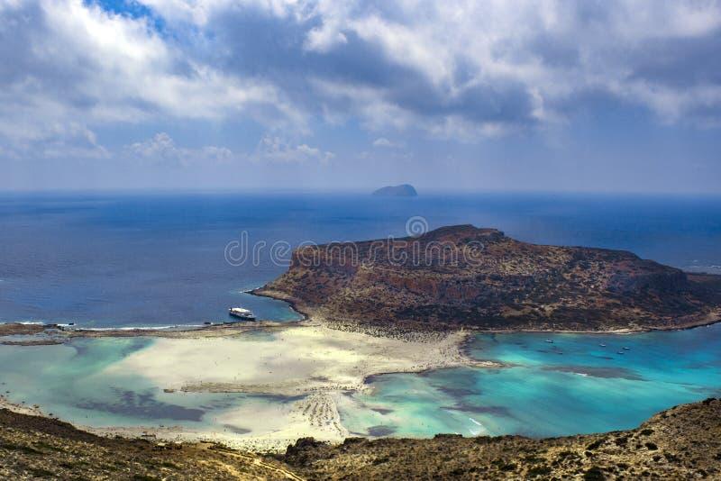 Île de plage de mer en montagnes images libres de droits