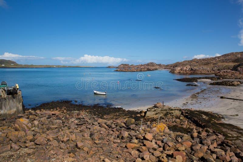 Île de port de Fionnphort de vue BRITANNIQUE Mull Ecosse vers l'île d'Iona photo stock