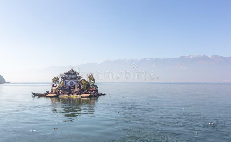 Île de putuo de Xiao sur le lac d'erhai dans Yunnan dans le jour, avec le grand espace de copie, la Chine photographie stock libre de droits