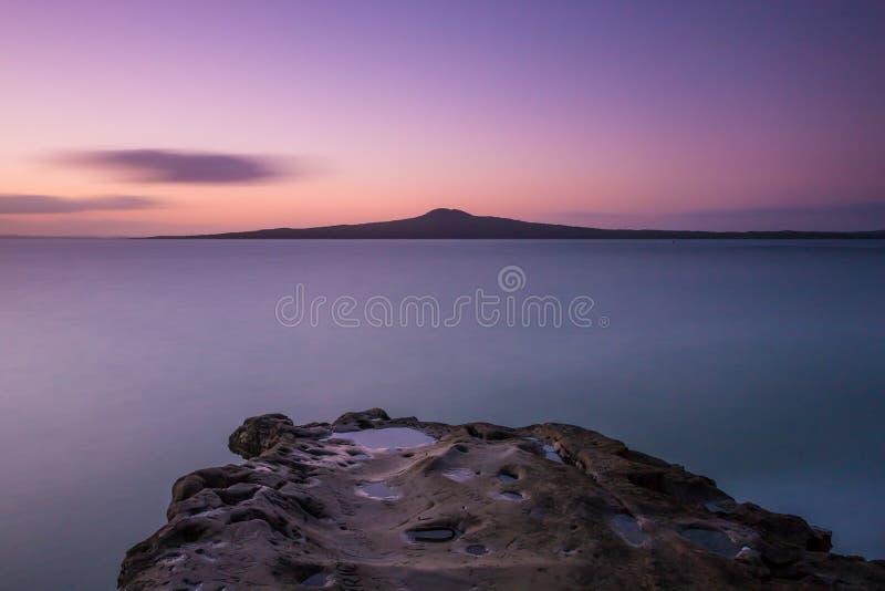 Île de Rangitoto au coucher du soleil photos libres de droits