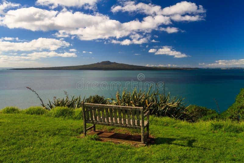 Île de Rangitoto et Golfe de Hauraki de Devonport, Auckland, Nouvelle-Zélande photographie stock libre de droits