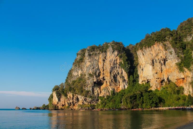 Île de roche de chaux en mer d'Andaman Thaïlande image libre de droits